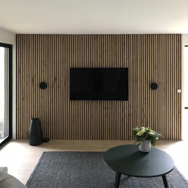 kundereferanse-moderne-tv-vegg-med-akupanel-i-rustikk-eik