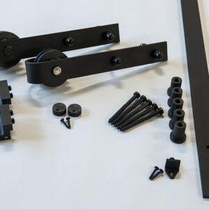 sort-skyvedor-beslag-i-pulverlakkert-jern-med-handtak-kantlist-og-oppheng