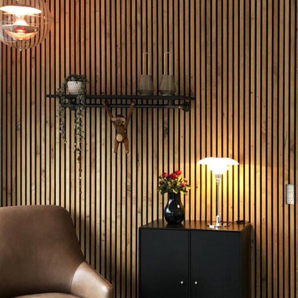 woodupp-referansebilde-med-vegg-i-brun-eik-spilepanelene-bestaar-av-gjennomfargede-trespiler-med-en-tynn-finerfront