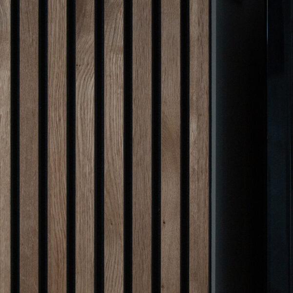 vegg-i-akupanel-brun-eik-med-innfelt-vinskap